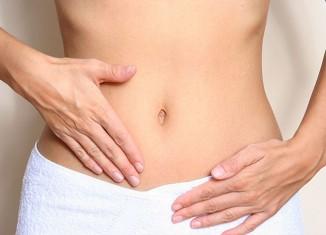 Mujer tocándose el vientre