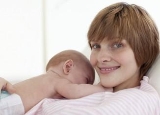 mujer tras parto con su bebé
