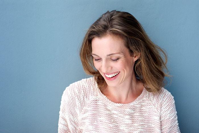Mujer menopausia risa
