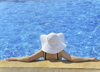 mujer madura en piscina