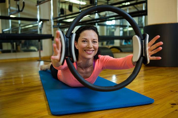 Mujer utilizando el método pilates