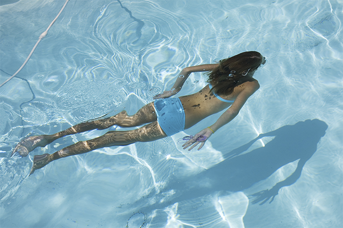 mujer fortaleciendo suelo pélvico piscina