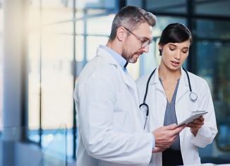Médicos contrastando opiniones