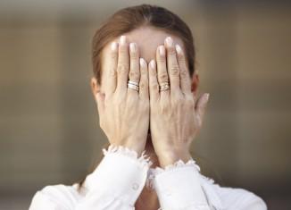mujer con ansiedad por incontinencia