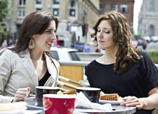 mujeres comiendo en terraza