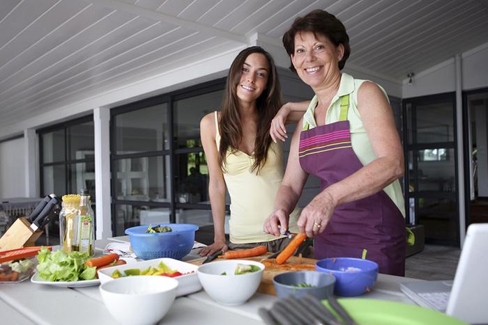 mujer 50 años cocinando