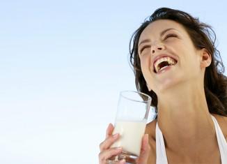 mujer bebiendo leche