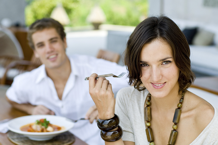 mujer comiendo dieta mediterránea