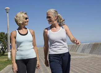 mujeres maduras caminando
