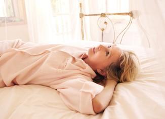 mujer pensando sobre la cama