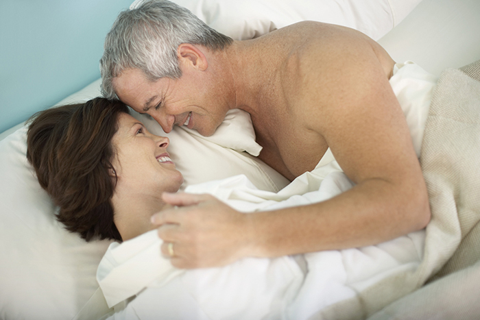 pareja madura en la cama