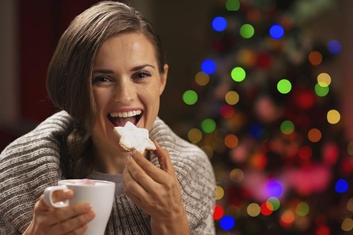mujer comiendo en navidad