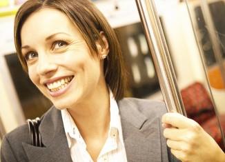 mujer en transporte público