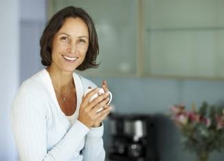 mujer madura con taza