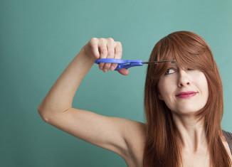 mujer 50 cortando su pelo