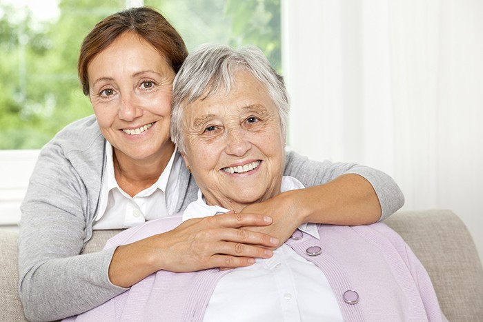 mujer cuidando de su madre