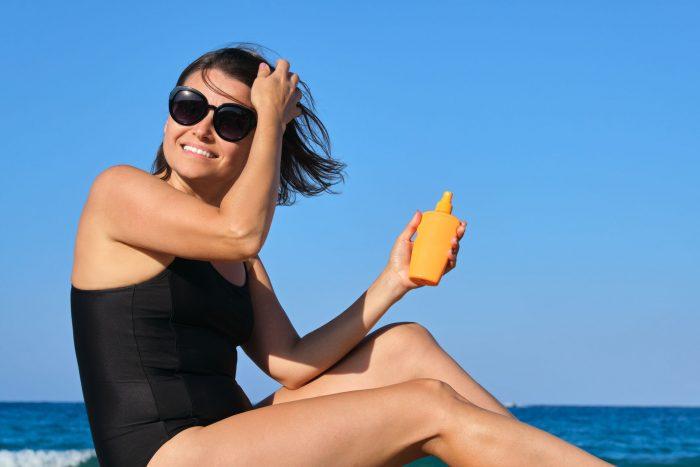 Mujer tomando el sol con protección