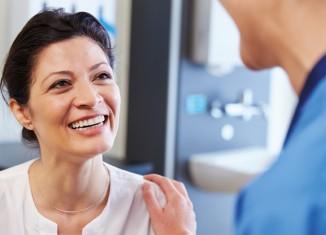 Mujer sonriendo en el médico