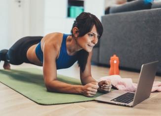 Mujer haciendo abdominales con un tutorial online