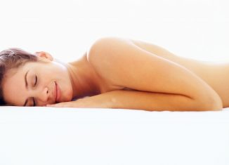 Mujer durmiendo desnuda